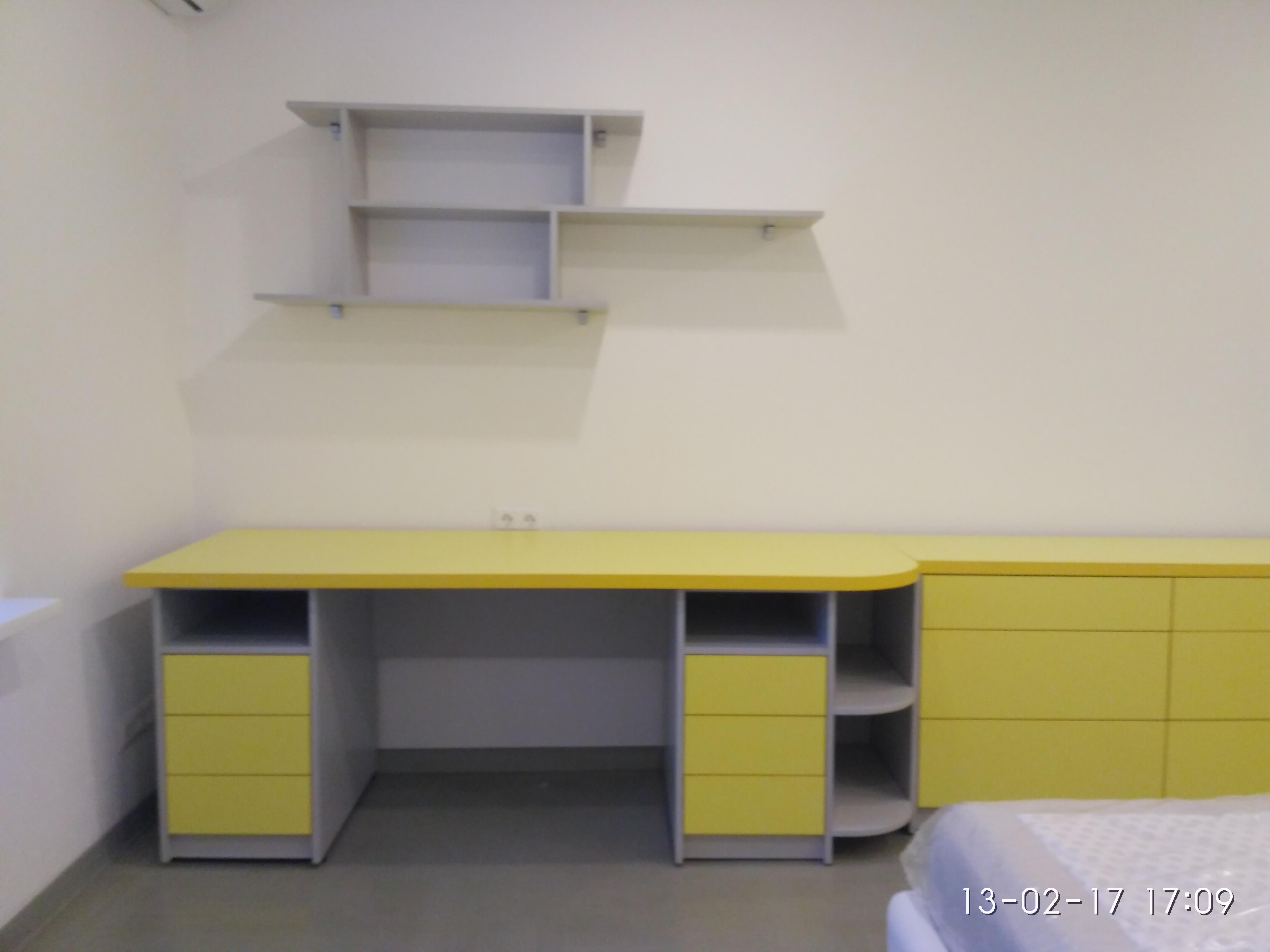 Стол желтый с тумбами и комодом