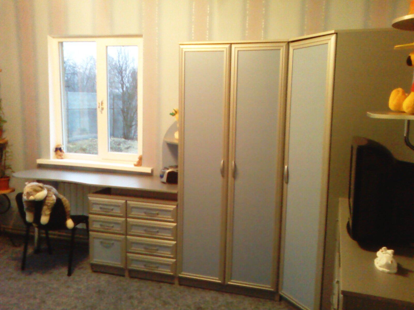 Стол и золотистый шкаф