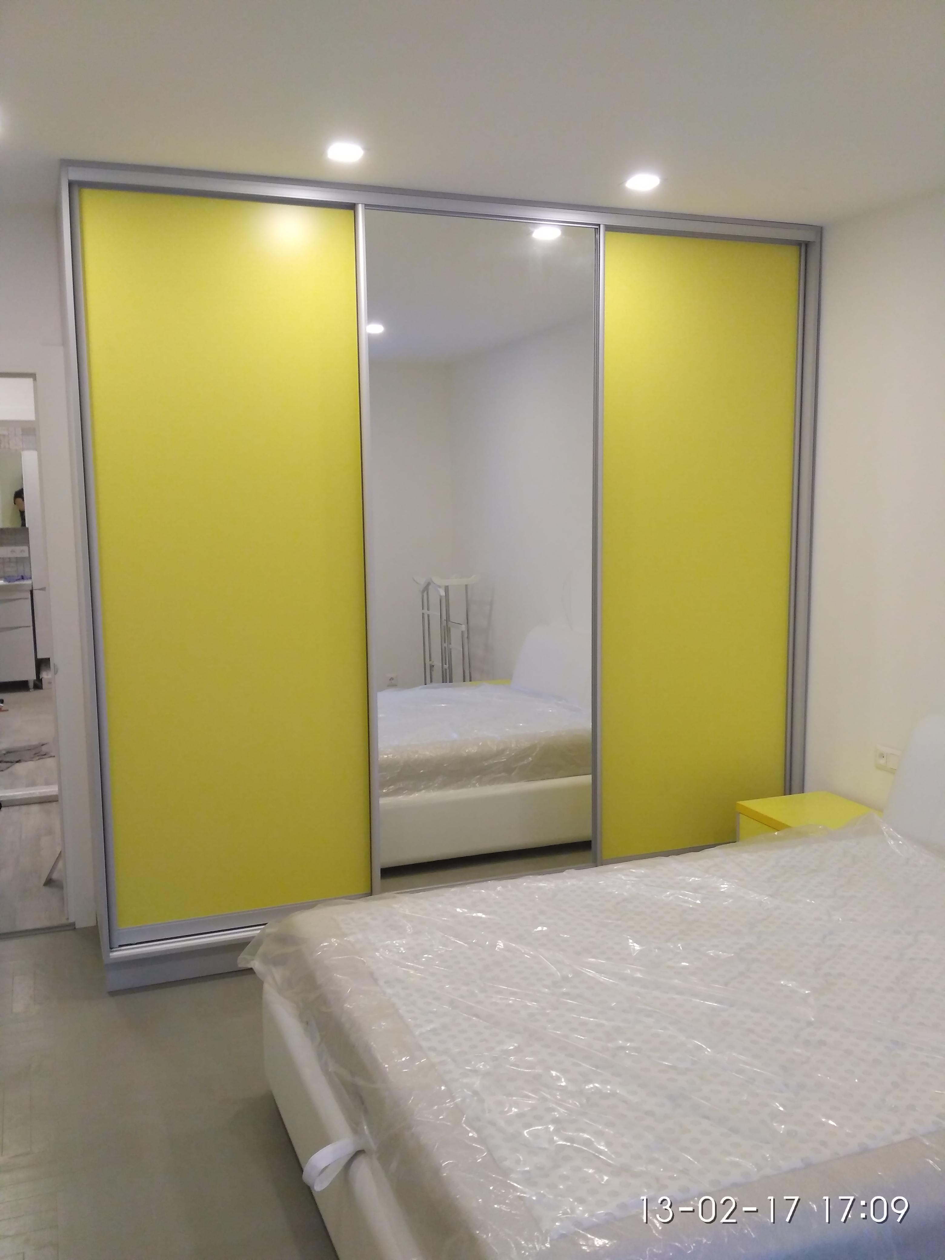 Шкаф-купе желтый